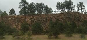 Шар ґрунту добре видно поверх осадової породи на Середньому Заході США. Це значить, що ці скелі утворилися певний час тому назад.
