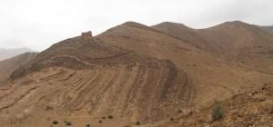 Осадові утворення в Марокко. Вся формація вигнута як єдине ціле, показуючи, що вона все ще була гнучкою (а не сухою і крихкою), коли відбувався вигин. Це свідчить про те, що підошва і покрівля цієї формації утворилися майже одночасно
