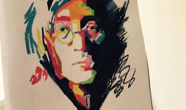 Na obrázku je barevný portrét Johna Lennona.