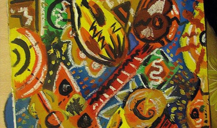 Barevný abstraktní obrázek s mnoha černými a bílými detaily. Uprostřed je tvar podobný ostře řezané kytaře.
