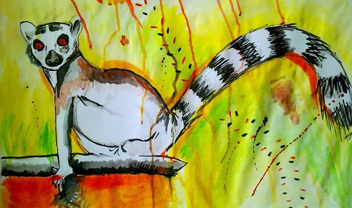 Malba lemura sedícího na sloupku, za ním žluté pozadí s barevnými detaily.