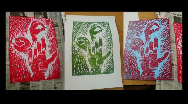 Linoryt, již vytištěný na třech papírech - červený, zelený a modročervený tisk třech rukou v zajímavém spojení.