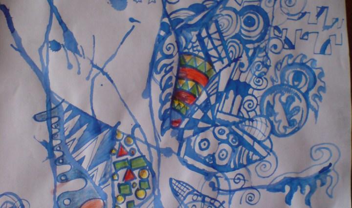 Malba vzniklá foukáním modrého inkoustu, do vzniklého obrazce pak bylo přikresleno pár detailů, některé jsou vybarveny červenou a zelenou pastelkou.