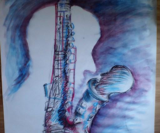 Kresba na velkém papíře - modrofialová - v pozadí se objevuje silueta hlavy, přes ni je namalován veliký saxofon, z kterého vykukuje druhá hlava, kouká se na siluetu v pozadí.