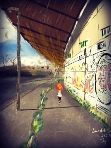 Digitální malba, na které zrzavá holka stojí u zdi, na které jsou nasprejované grafitti, zády k nám. Je slunečný den, sloupy vrhají stíny a na obloze je pár mráčků.