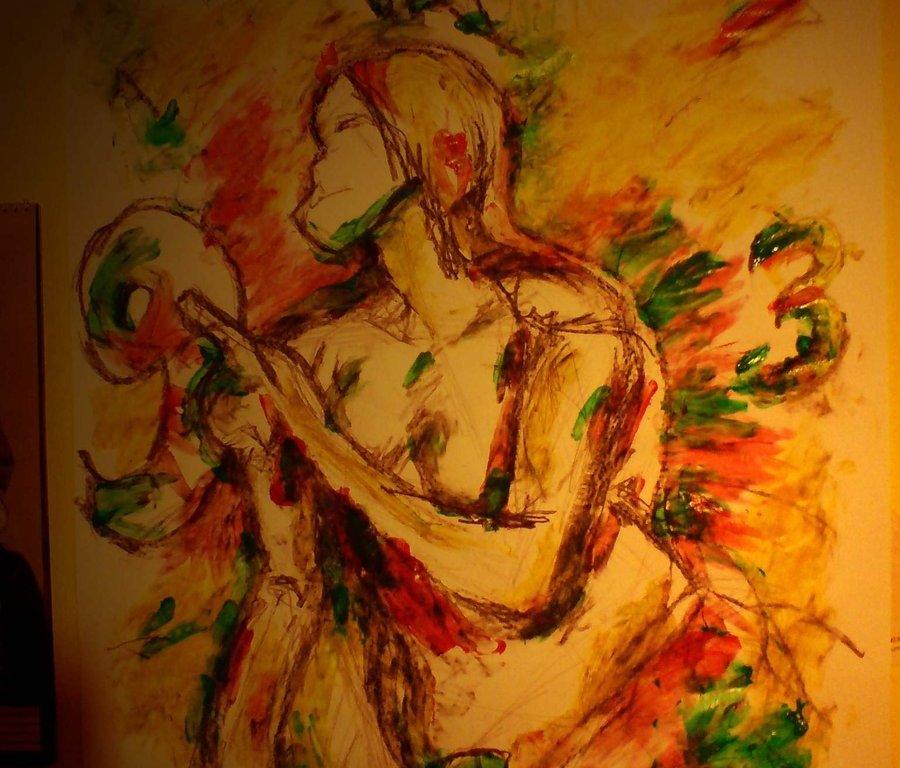 Ručně kreslená žena stojí uprostřed obrazu, jednou rukou se opírá o zem a druhou ukazuje na číslo devět - čísla jsou kolem ní rozmístěná jako na klasických hodinách, plní tedy funkci hodinové ručičky.