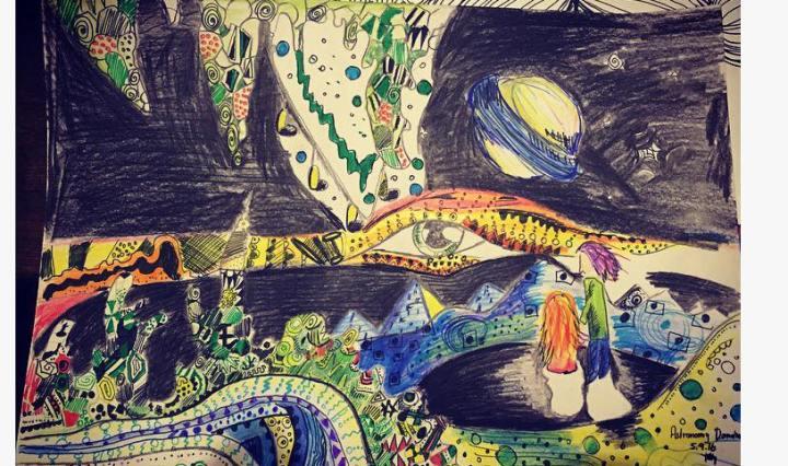 Obrázek namalovaný pastelkami, ilustruje písničku Astronomy Domine od Pink Floyd. Na obrázku jsou krápníky v noci, nalevo stojí malá zrzavá postava otočená zády, má dlouhé vlasy, spolu s ní stojí vysoký muž s fialovými vlasy. Celou noční oblohou se táhne pruh s velkým okem, za ním prosvítá planeta a hvězdy.