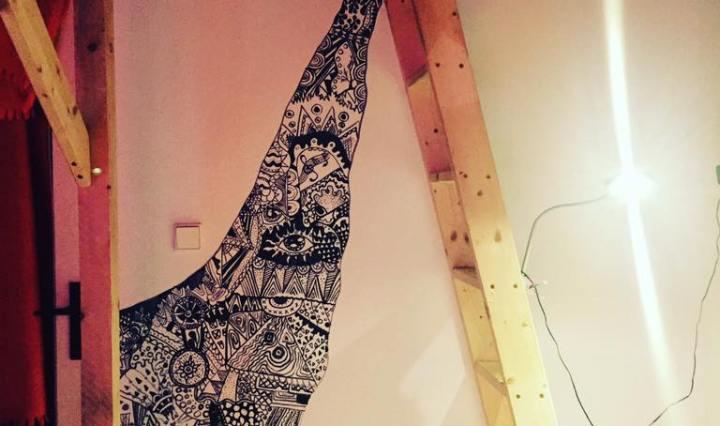 Na obrázku je černobílá malba spousty detailů na stěně u patrové postele Zrzavé holky.