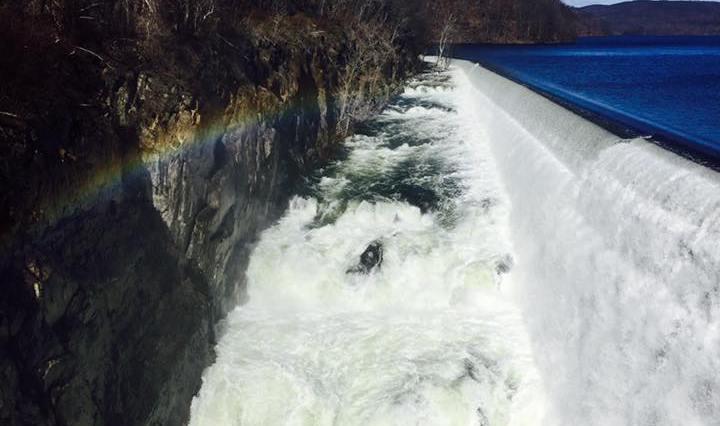Na fotce je velký vodopád v přehradě v Ossiningu, NY.