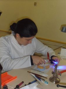 technik protetyk, akademik, akryl, anatomia, aparaty, aparaty ortodontyczne, basen, baza noclegowa, bez matury, bezpłatna, bezpłatne, ból zęba, bursa, CAD-CAM, CAD/CAM, centrum, centrum medyczne, ceramika, certyfikat, ciekawa, ćwiczenia, częściowa, dentysta, dentystyczna, dentystyczne, dentystyczny, dentystycznych, do wynajęcia, dyplom, działalność gospodarcza, edukacja, ekonomia, etyka, EUROPASS, gabinet, gabinety ból, gips, grupy, hostel, implanty, indywidualne, internat, Internet, jama ustna, język angielski, kadra, kompozyt, komputerowe wspomaganie, komputery, kontakty interpersonalne, kształcenie, kursy, laboratorium, las, matura, małe, małe grupy, medycyna, medyczna, medyczne, mieszkania, migowy, modelarstwo, modelowanie, mosty, na całym, napalanie, naprawa protezy, nauczanie, nauczanie indywidualne, nauka, ortodoncja, ortodonta, pewny zarobek, pierwsza pomoc, plock, pokoje, policealna, policealne, pomaturalna, pomaturalne, porcelana, poziom, praca, pracownia, praktyka, promocja zdrowia, protetyk, protetyka, proteza całkowita, protezy, protezy ruchome, protezy stałe, przyszłość, psychologia, rysunek, rzeźba, socjologia, specjalista, specjalizacja, stacjonarnie, stała praca, stomatolog, stomatologia, studia, studium, studium dentystyczne, świecie, szansa, szczęka, szkolenia, szkoła, szkoły, szkoły średnie, Technik, technik dentystyczny, technika dentystyczna, techniki dentystyczne, teoria, uczeń, uśmiech, uznawane, w, w kraju, w kraju i zagranicą, weekendowo, wiedza, woj. Mazowieckie, woj. Łódzkie, wosk, wykonywanie prac ortodontycznych, wykonywanie protez, wykształcenie, wysoki, własna, za darmo, za granicą, zab, zakwaterowanie, zaocznie, zarobek, zatrzaski, zawód, zawodowa, zawodowe, zęba, zeby, Zgierz