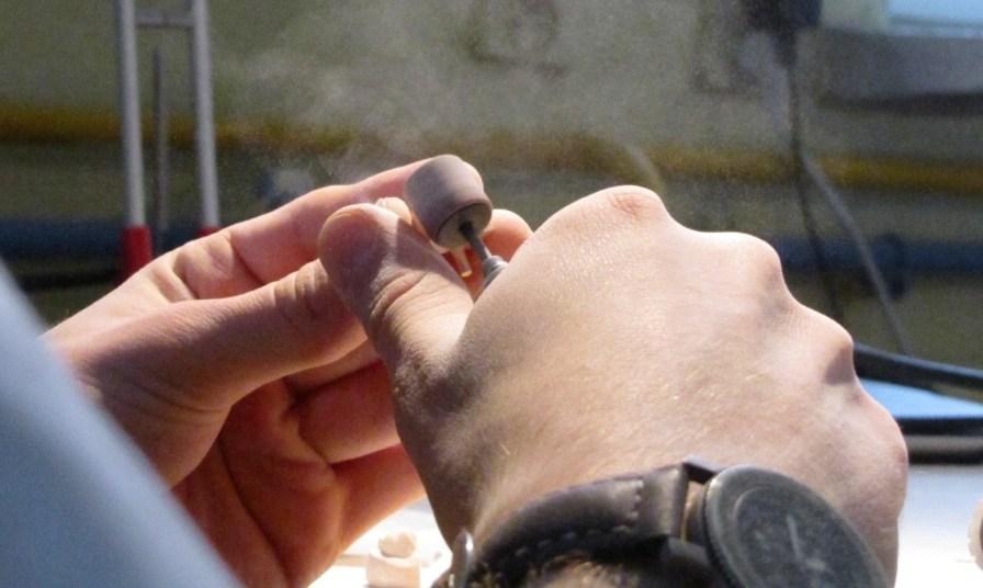 ręce z zegarkiem, szlifowanie modelu