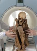 A múmia peruana sendo posicionada na máquina
