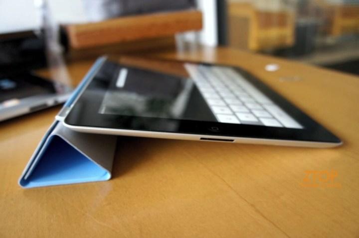 Smart Cover em uso como apoio para digitar. Nesse modo, também serve para segurar o iPad 2 com uma mão só