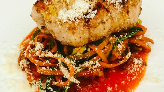 Schweinemedaillons auf Karotten Zucchini Zoodles mit Tomaten Morzzarella Soße