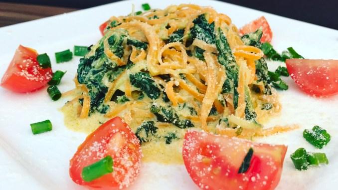 Karotten Zucchini Zoodles in einer Frischkäse Spinat Soße