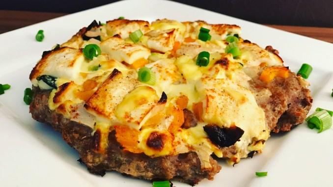 Hackfleisch Pizza mit Sauce Hollandaise