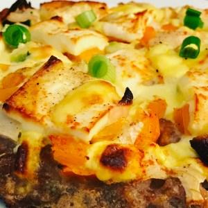 Hackfleisch Pizza mit Feta und Sauce Hollandaise