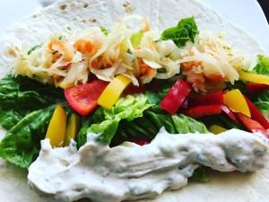 Wrap mit Salat und Tzaziki belegen