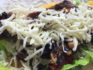 Wrap mit Salat Gyros Käse und Tzaziki