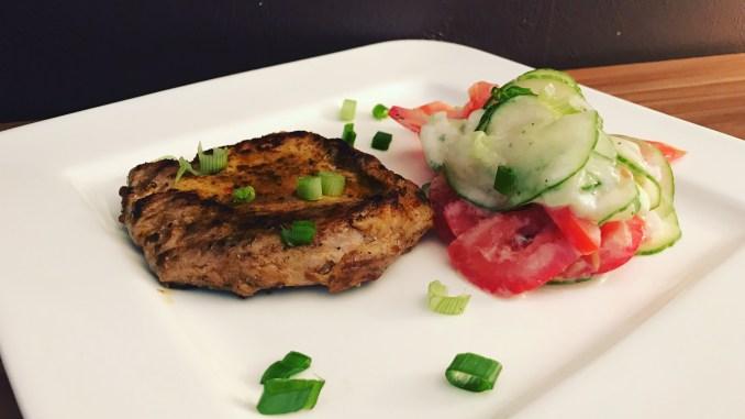 Schnelles Essen Steak mit Tomaten Gurken Salat