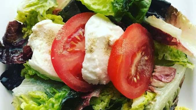 Romana Salat mit Tomaten und Mozzarella