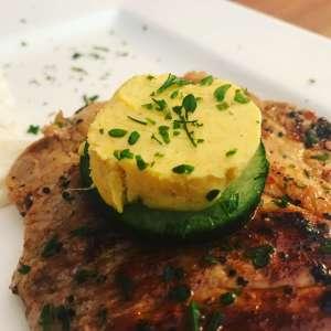 Curry Ingwer Grillbutter zum gegrillten Fleisch