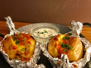 Gefüllte Speck und Käse Ofenkartoffel mit Sour Cream Serviervorschlag