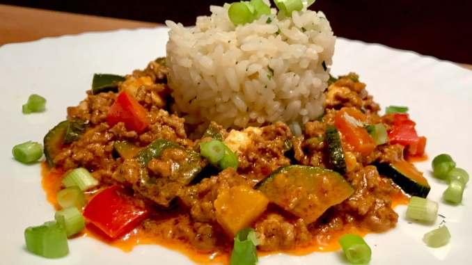 Mediterrane Paprika Zucchini Hackfleisch Pfanne mit Reis