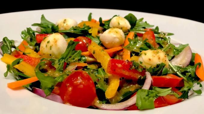 Frühlingssalat Rucola Salat mit Balsamico Senf Dressing