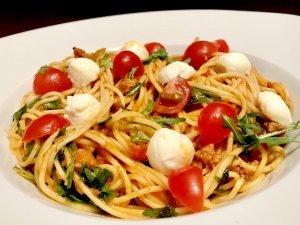 Spaghetti Bolognese mit Rucola und Mozzarella Käse