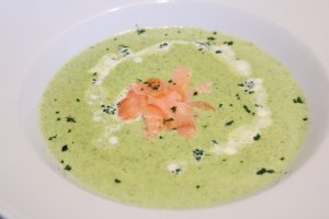 Broccolicremesuppe mit Lachsstreifen