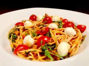 Spaghetti Bolognese mit Rucola und Mozzarella Käse Serviervorschlag