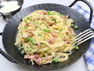 Pasta mit Erbsen Bacon und Ei