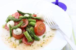 Grüner Spargel Salat mit Tomaten und Mozzarella Zubereitung