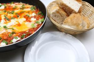 Shakshuka mit Bacon und milden Ziegenkäse Serviervorschlag