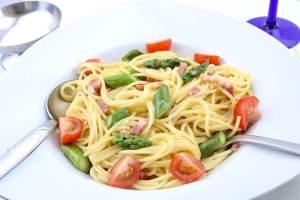 Spaghetti alla Carbonara mit gebratenen grünen Spargel