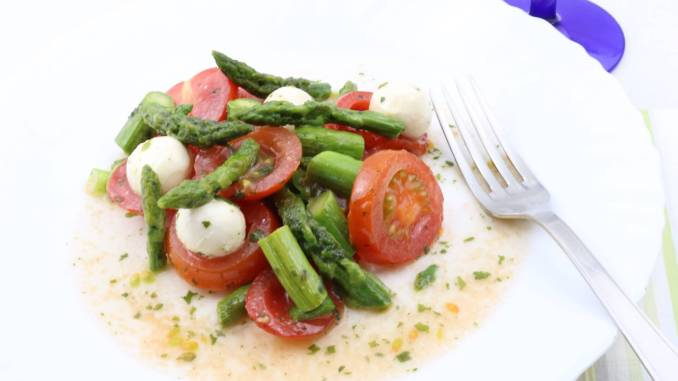 Grüner Spargel Salat mit Tomaten und Mozzarella