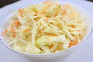 Amerikanischer Krautsalat Coleslaw mit Ananas