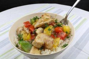 Serviervorschlag Teriyaki Hähnchen mit Paprika auf Reis