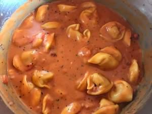 Zubereitung One Pot Tortellini in einer Tomaten Schinken Frischkäse Soße