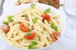 White BBQ Nudelsalat mit Tomaten Grill Beilagen Salat