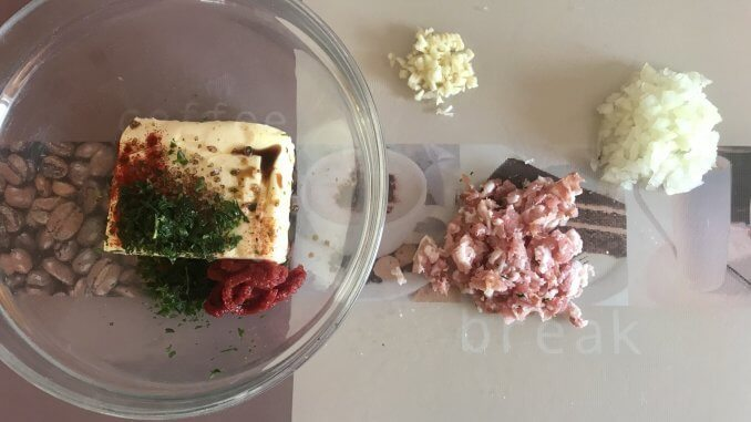 Vorbereitung Rauchige Zwiebel und Speck Knoblauch Kräuterbutter