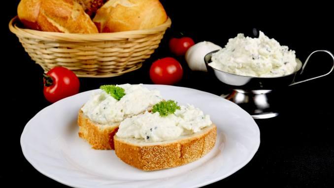 Serviervorschlag Oliven Feta Frischkäse Dip