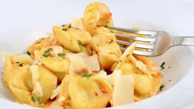 Serviervorschlag Tortellini in einer Pesto Calabrese Sahne Soße