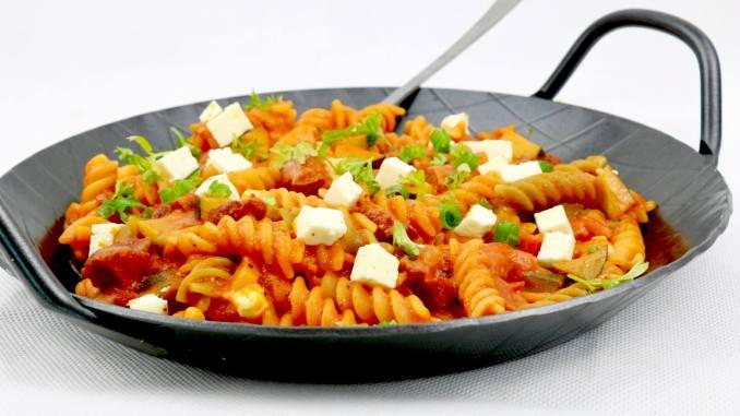 Herzhafte Sucuk Zucchini Nudel Pfanne