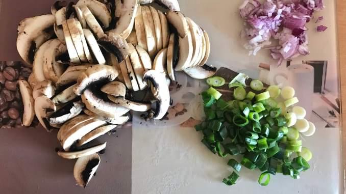 Vorbereitung Schweinemedaillons auf einer Champignon Sahne Soße