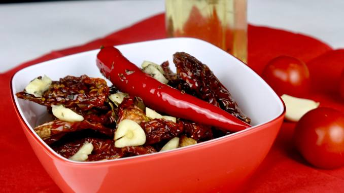 Antipasti getrocknete Tomaten in Knoblauch Chili Öl