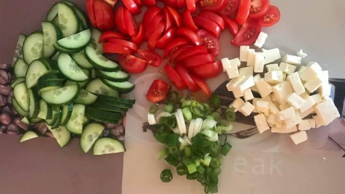 Vorbereitung Tomaten Feta Gurkensalat mit Zitronen Joghurt Dressing