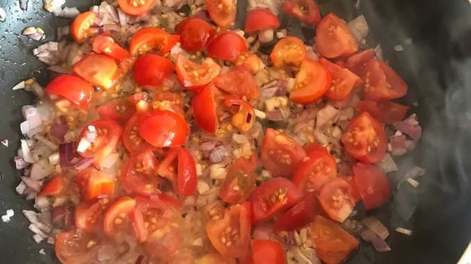 Zutaten anschwitzen für die Tortellini in einer selbst gemachten Tomaten Soße