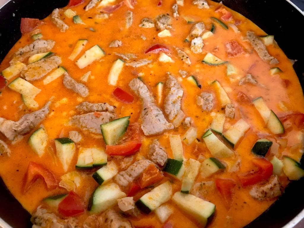 Zubereitung Kritharaki Gemüse Gyros Pfanne mit Feta Käse